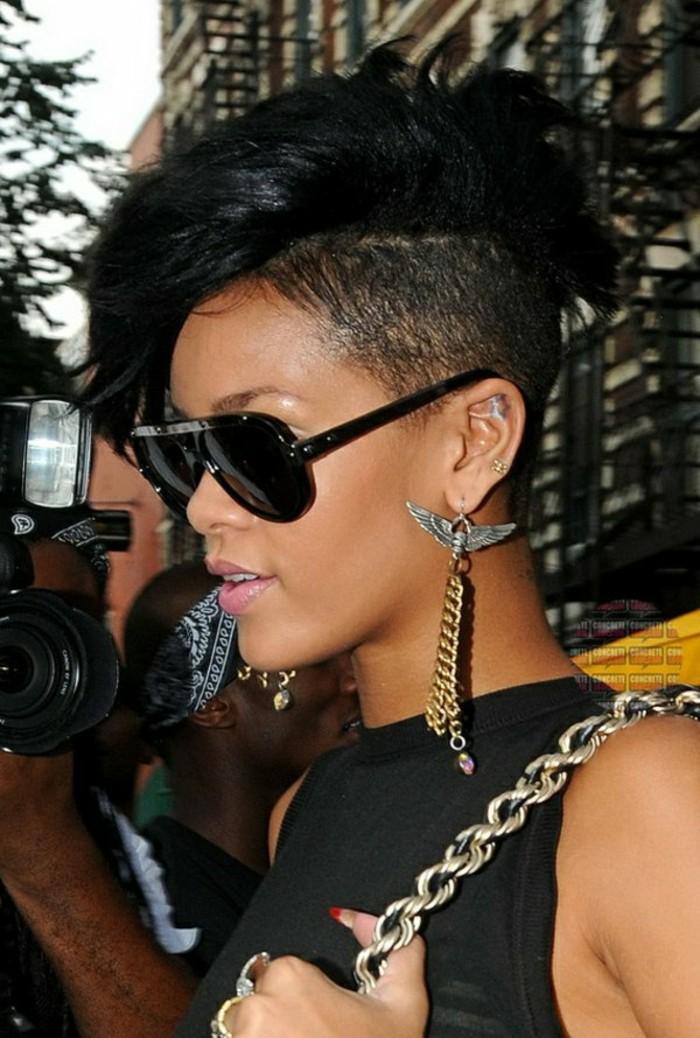 coiffures-courtes-femme-aux-cheveux-noirs-levres-roses-bijoux-speciales-lunettes-de-soleil-noirs