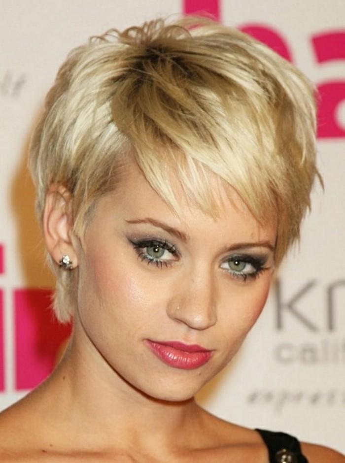 coiffures-courtes-femme-blonde-aux-yeux-verts-tendances-chez-les-coiffures-2017