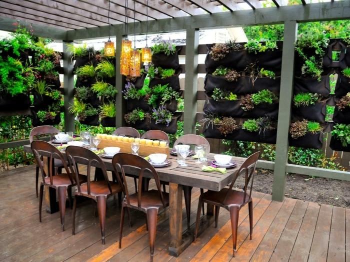 comment-construire-une-pergola-idee-diy-tres-elegante-envahie-par-la-verdure-pergola-amenagee-en-salle-a-manger-en-plein-air