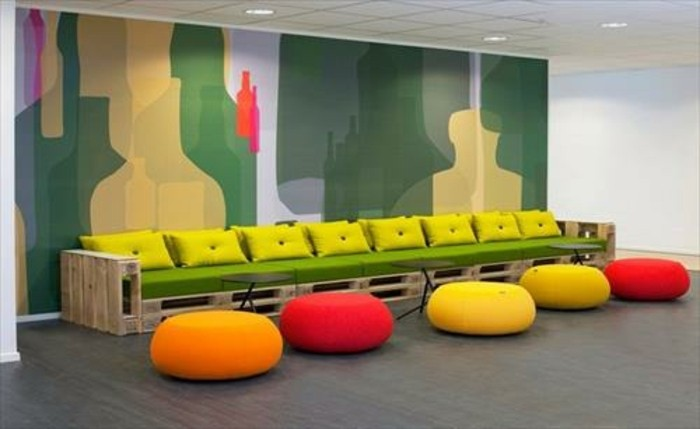 comment-fabriquer-un-canape-en-palette-magnifique-idee-assise-verte-coussins-jaunes-decoration-murale-poufes-de-couleurs-differentes