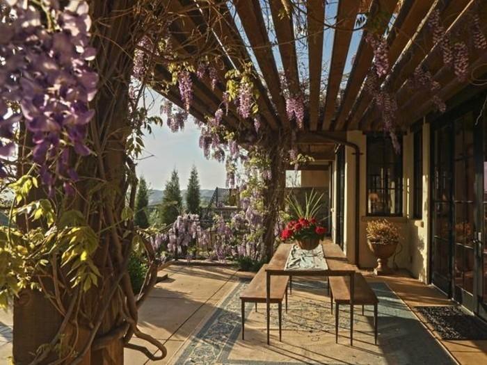 comment-fabriquer-une-pergola-bois-idee-magnifique-pergola-sous-l-emprise-de-la-vegetation-vue-magnifique
