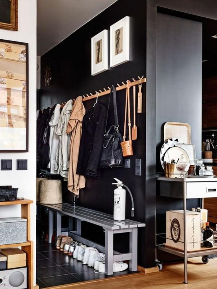 comment-organiser-l-espace-dans-votre-petit-couloir-sol-en-parquet-clair-carrelage-noir