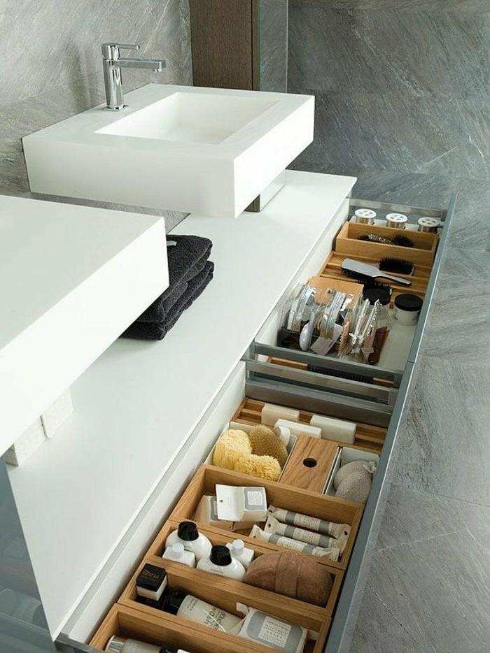 comment-ranger-tout-dans-la-salle-de-bain-dalles-faiences-gris-lavabo-blanc