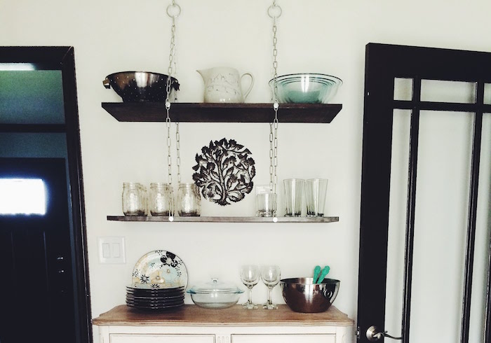 console-suspendue-etagere-a-suspendre-fixation-invisible-etageres-suspendues-meuble-suspendu-salon-planche-bois-chaine-fixer-idee-diy-fabriquer