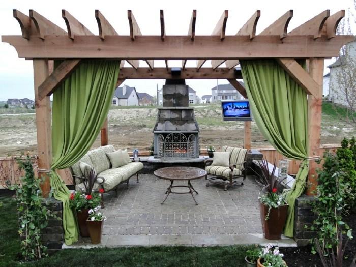 construire-pergola-bois-rideaux-vert-pistache-cheminee-a-l-exterieur-coin-repos-romantique
