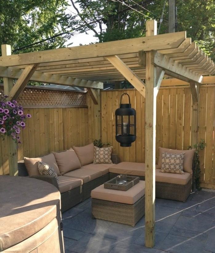 construire-une-pergola-bois-pergola-coquette-joliment-amenagee-avec-de-meubles-en-rotin-une-veritable-oasis
