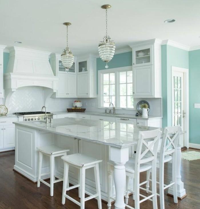 couleur-mur-cuisine-bleu-clair-amenagement-cuisine-en-blanc-ambiance-calme-sereine-style-traditionnel