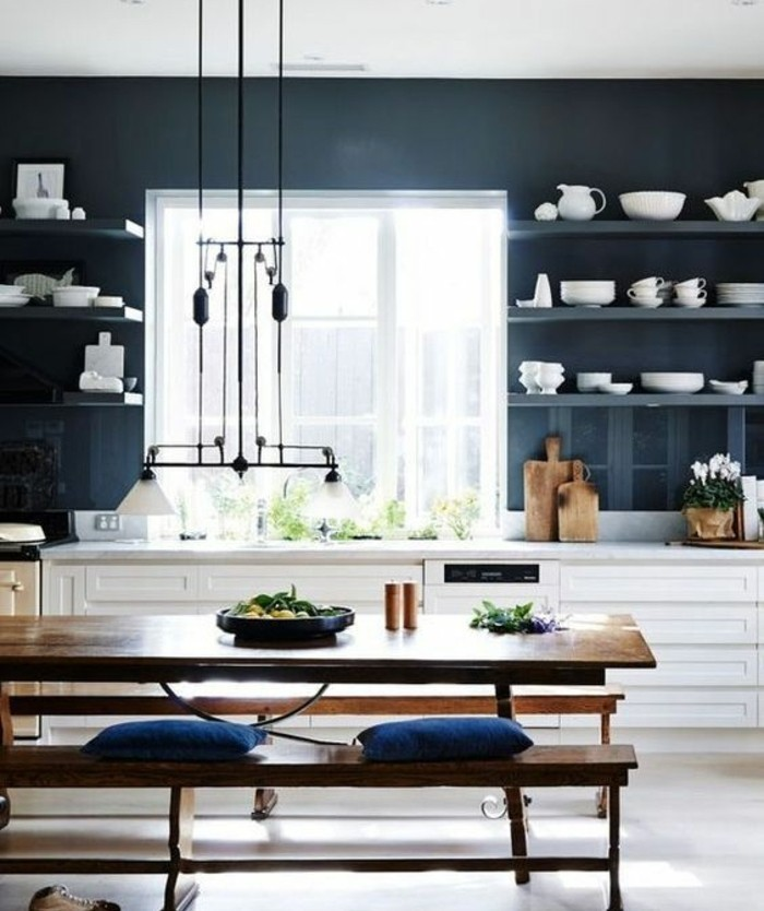 couleur-peinture-cuisine-bleu-petrole-etageres-ouvertes-meubles-cuisine-blancs-coin-repas-composé-d-une-table-et-bancs-en-bois