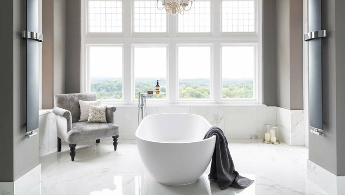 couleur-salle-de-bain-grise-baignoire-à-poser-blanche-fauteuil-grise-sol-en-marbre-ambiance-sereine