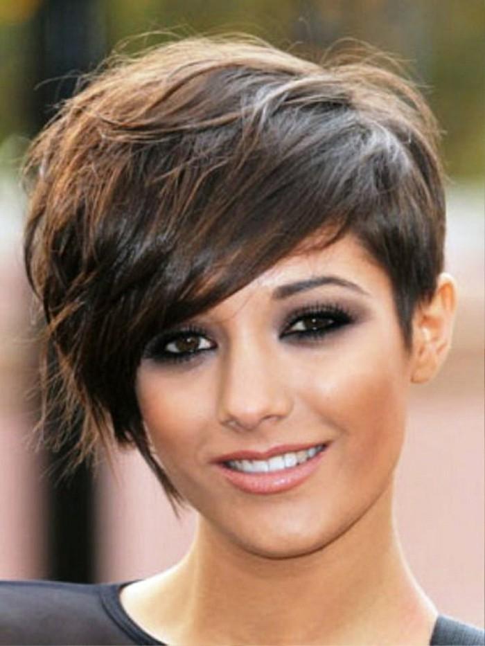 coupe-courte-asymetrique-femme-aux-cheveux-marron-chatin-idee-coiffure-courte