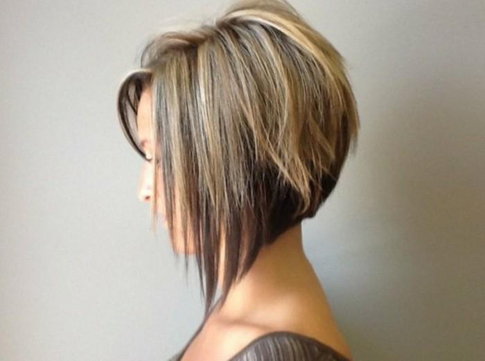 coupe-courte-asymetrique-femme-aux-cheveux-blayage-blond-idee-coupe-de-cheveux