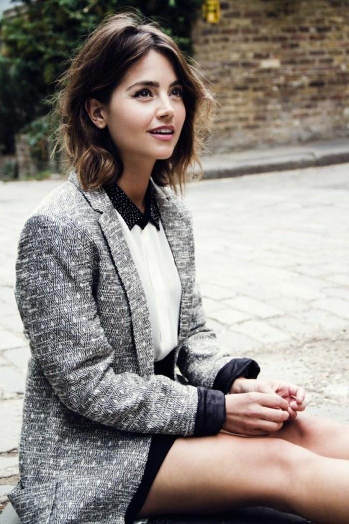 coupe-courte-degradee-cheveux-marron-femme-aux-yeux-marron-veste-gris