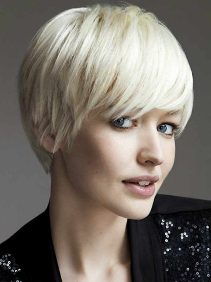 coupe-courte-degradee-coiffure-courte-femme-blonde-yeux-bleus-levres-roses