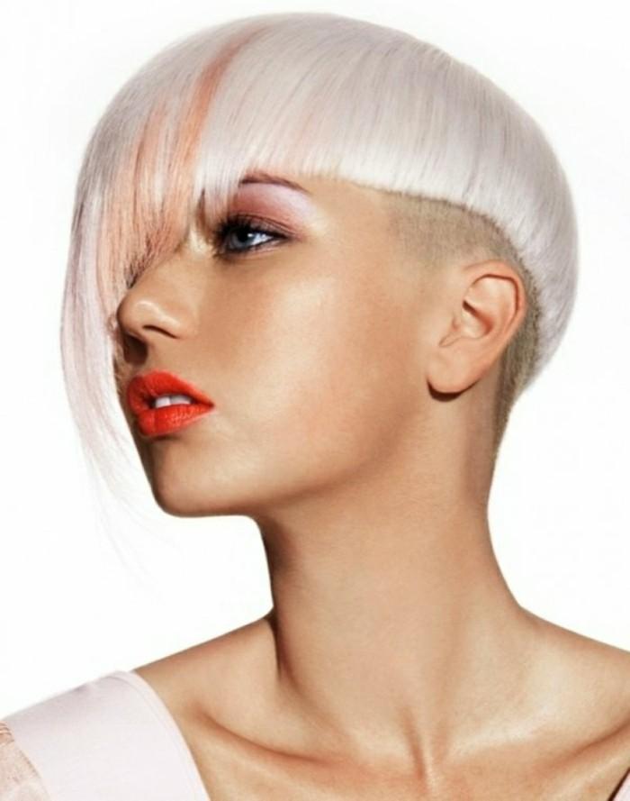 coupe-de-cheveux-courte-femme-blonde-coiffure-asymetrique-femme-aux-yeux-bleus-levres-rouges