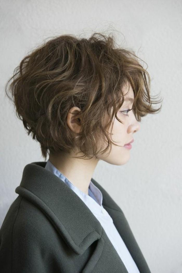 coupe-de-cheveux-courte-femme-coupe-de-cheveux-frises-femme-aux-levres-roses