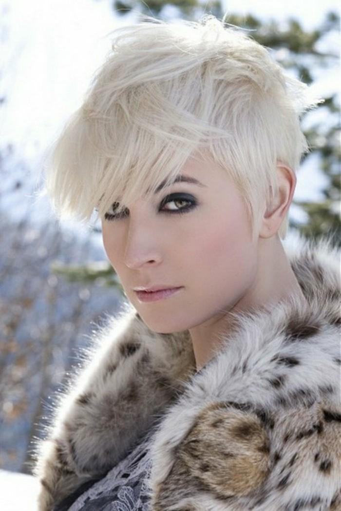 coupe-de-cheveux-femme-cheveux-blonds-courts-levres-fins-cheveux-blonds-clairs