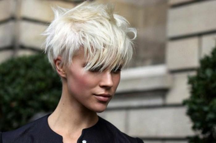 coupe-de-cheveux-femme-court-blond-cendre