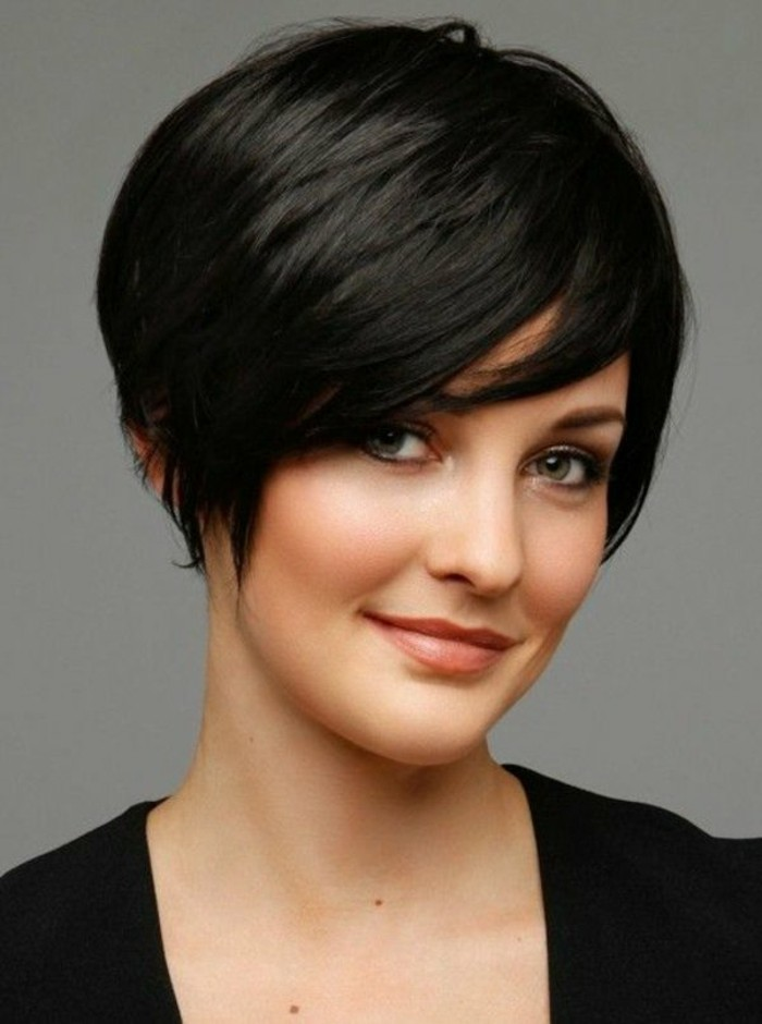 coupe-de-cheveux-femme-court-cheveux-marron-fonce-yeux-verts