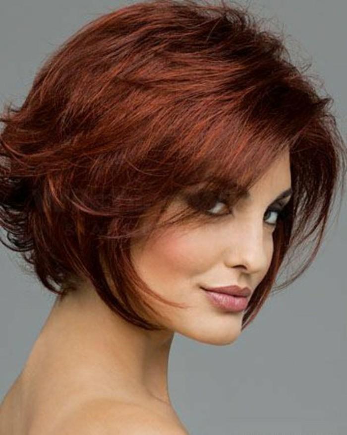 coupe-de-cheveux-femme-court-cheveux-roge-fonce-vers-marron