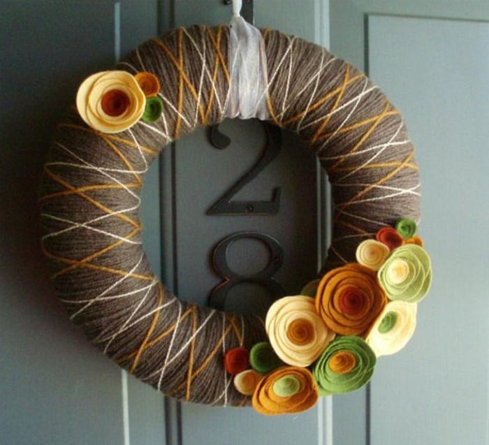 couronne-de-fleurs-porte-d-entree-composition-florale-automne-idee-pour-la-porte-d-entree