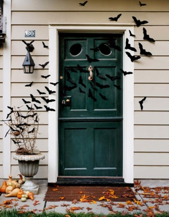 decoration-macabre-pour-votre-porte-d-entree-chauve-souris-qui-vous-accueillent-au-seuil-d-une-maison