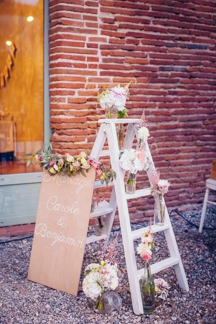 decoration-salle-de-mariage-avec-echelle-en-bois-et-fleurs-deco-mariage-champetre