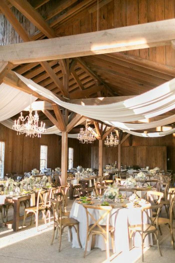 decoration-salle-de-mariage-en-bois-clair-nappe-blanche-table-de-mariage-lustre-baroque