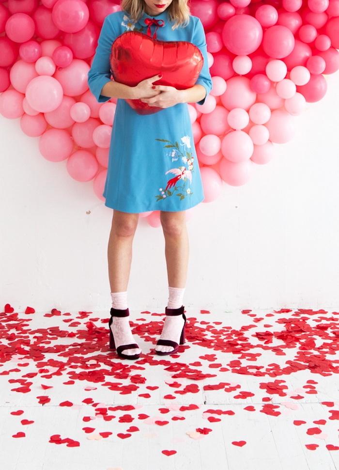 déco saint valentin a faire soi meme une femme en robe bleue qui tient un ballon en forme de coeur