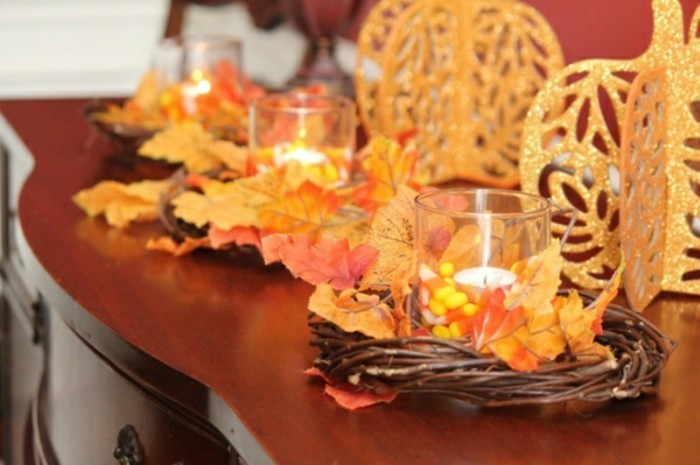 deco-table-automne-table-en-bois-fonce-decoration-avec-feuilles-oranges-bougies-decoratives