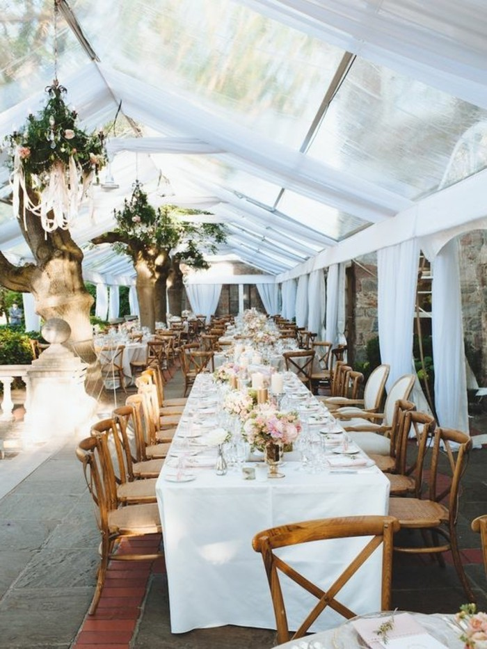 decoration-evenementielle-mariage-drape-plafond-mariage-blanc-mariage-champetre-decoration-chemin-de-fleurs-sur-la-table