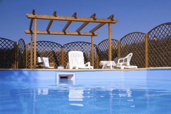 design-simple-pergola-installee-pres-de-la-piscine-style-sobre-pergola-diy