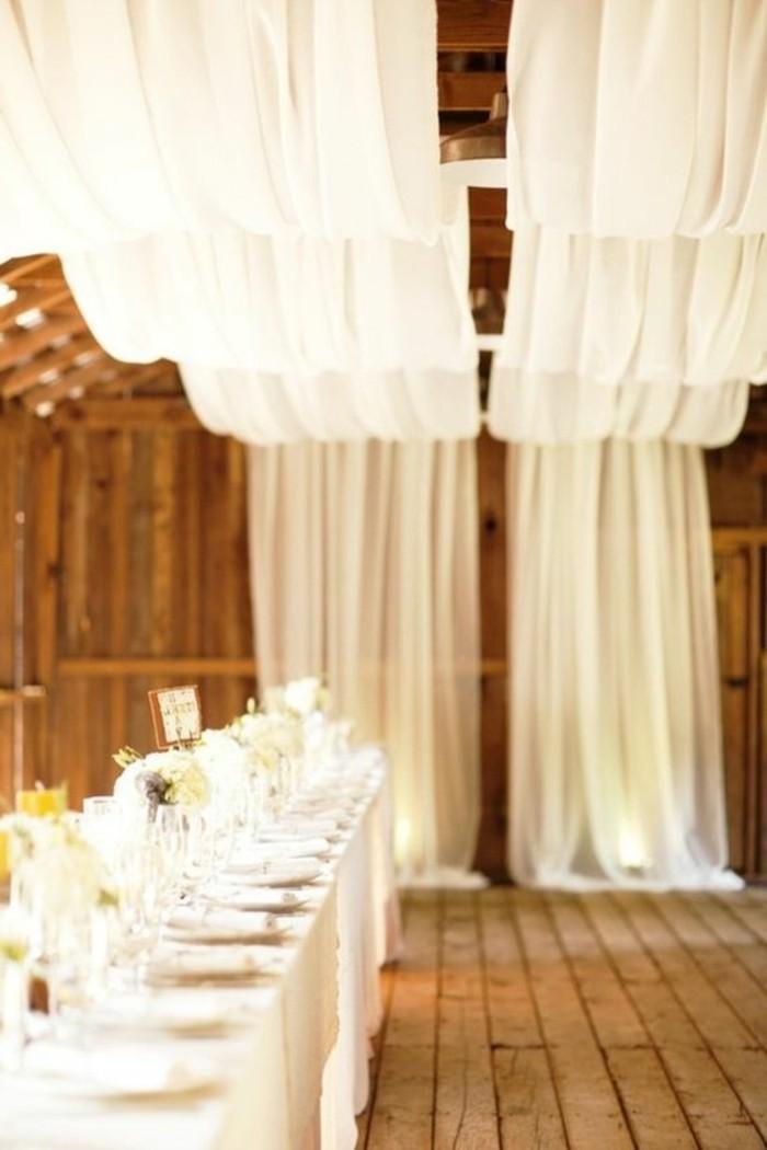 diy-deco-salle-de-mariage-en-blanc-sol-en-planchers-bois-table-rectangulaire-grande-en-bois