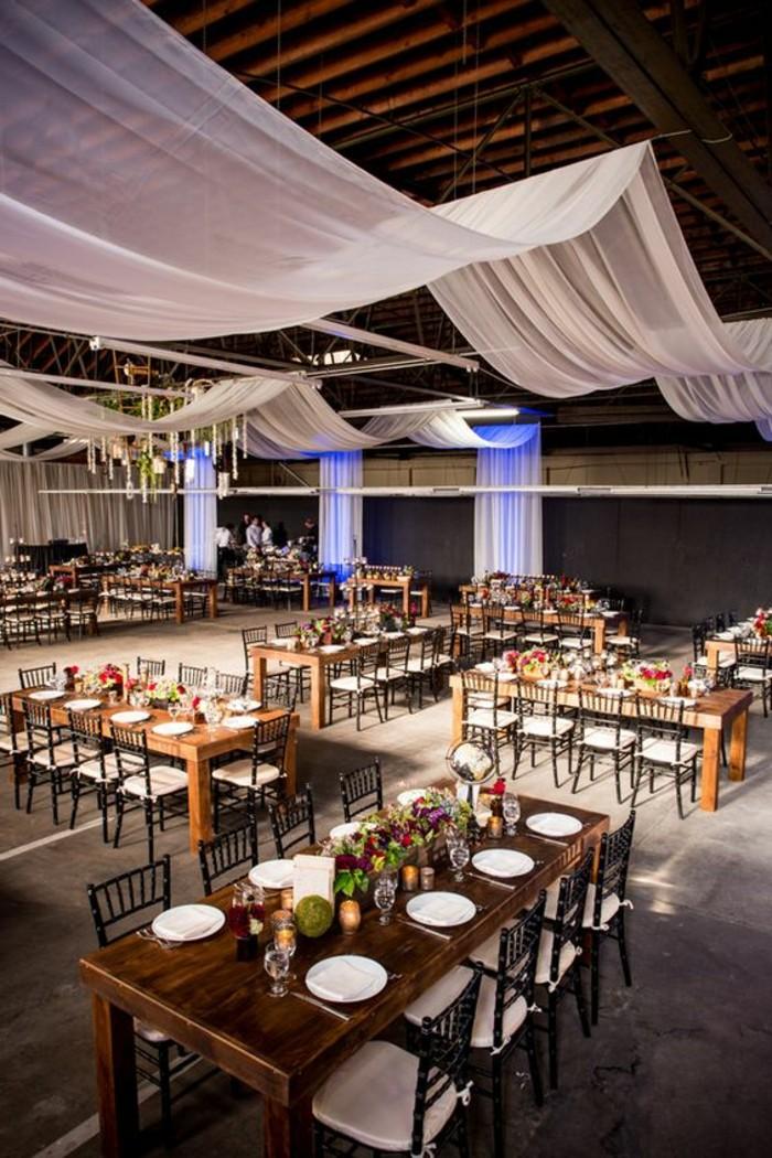 drape-plafond-mariage-blanc-tables-et-chaises-en-bois-fonce-decoration-en-fleurs-sur-la-table