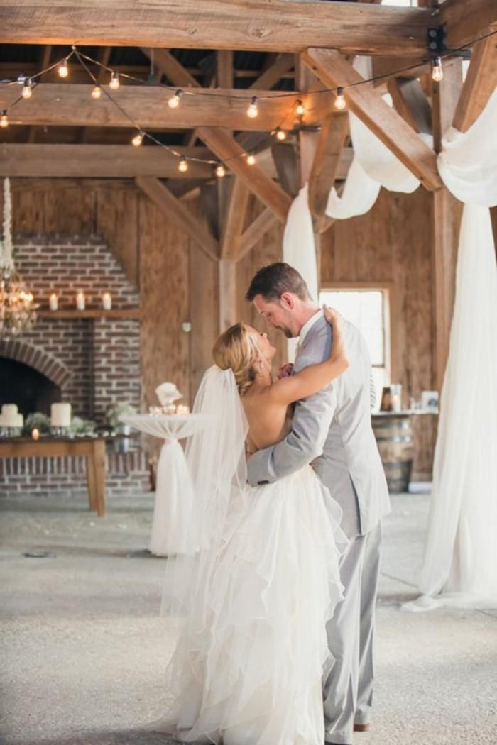 drape-plafond-mariage-en-bois-sol-en-moquette-gris-deco-mariage-guirlade-lumineuse