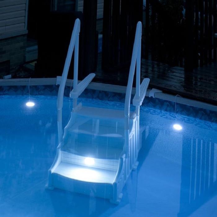Clairage piscine 56 id es et conseils pour la sublimer for Spot led piscine hors sol