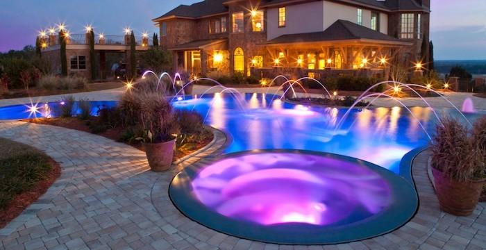 eclairage-piscine-decoration-éclairer-bassin-couleurs