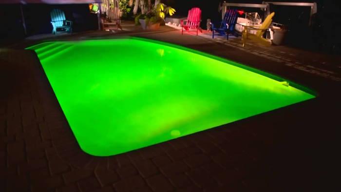 eclairage-piscine-spot-led-vert-lumiere-jardin-deco