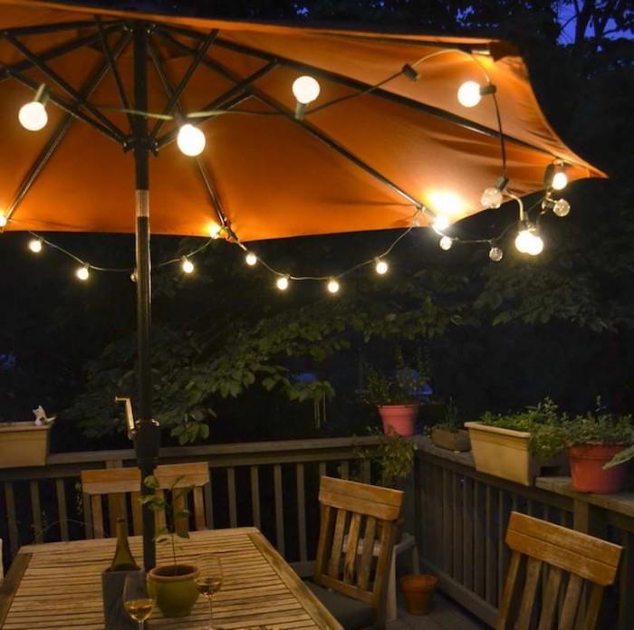 eclairage-terrasse-bois-paraol-lumineux-guirlandes-jardin