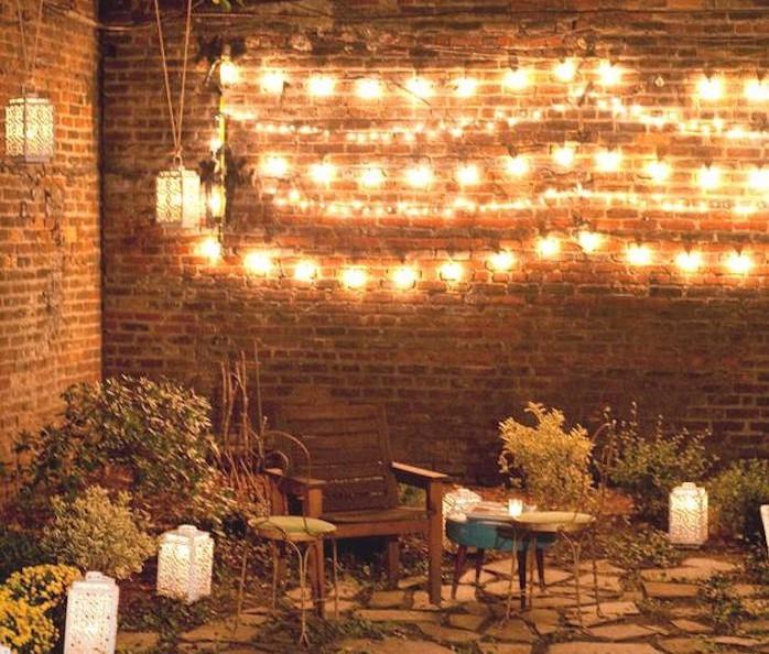 eclairage-terrasse-guirlandes-mur-idee-lumiere-jardin