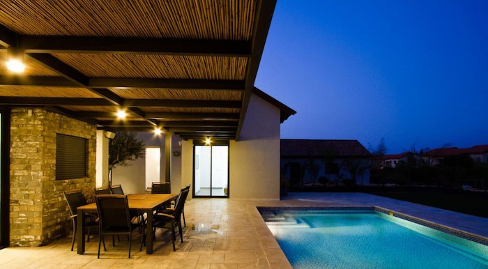 Clairage terrasse 60 id es et conseils pour un clairage id al - Spot terrasse piscine ...