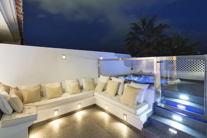 eclairage-terrasse-spot-lumiere-canape-design-jardin-moderne
