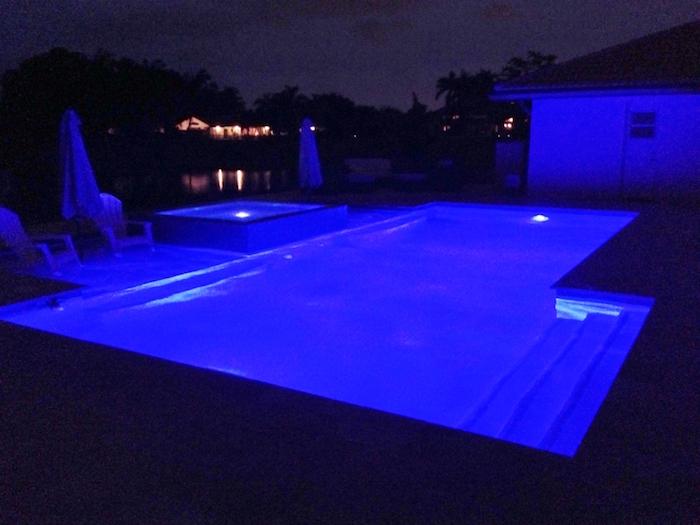 elairage-piscine-led-nuit-spot-ultra-violet