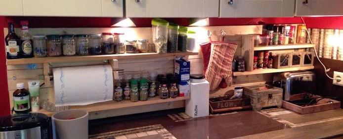 Fabriquer Meuble Salle De Bain Plan De Travail : Planches de palette en bois en guise d'étagère de cuisine.
