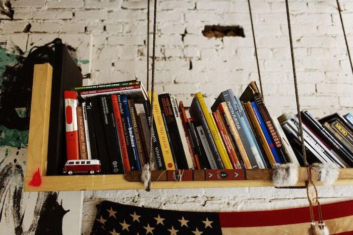 etagere-suspendue-etageres-suspendues-fixation-invisible-a-suspendre-tissu-bois-diy-fabriquer-tuto-idee-deco-bibliotheque-livres