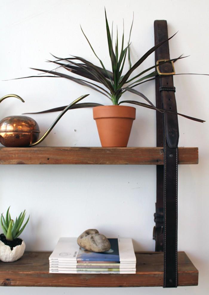 etagere-suspendue-facile-pas-cher-fabriquer-etageres-suspendues-meubles-suspendus-planche-bois-ceinture-cuir-fixation-salon-diy