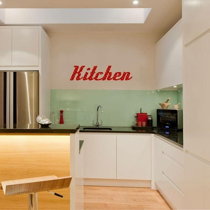 exemple-peinture-cuisine-beige-avec-un-sticker-mural-rouge