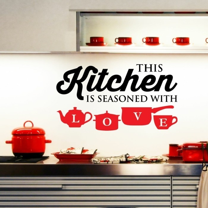 exemple-peinture-cuisine-blanche-avec-un-sticker-en-noir-et-rouge-idee-tres-interessante
