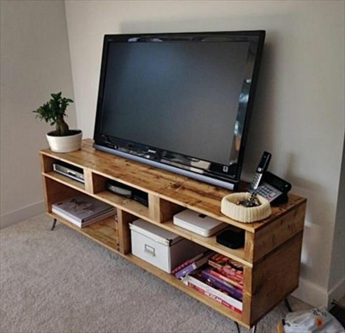 fabriquer-meuble-tv-idee-diy-simple-bois-clair-meuble-tv-bas