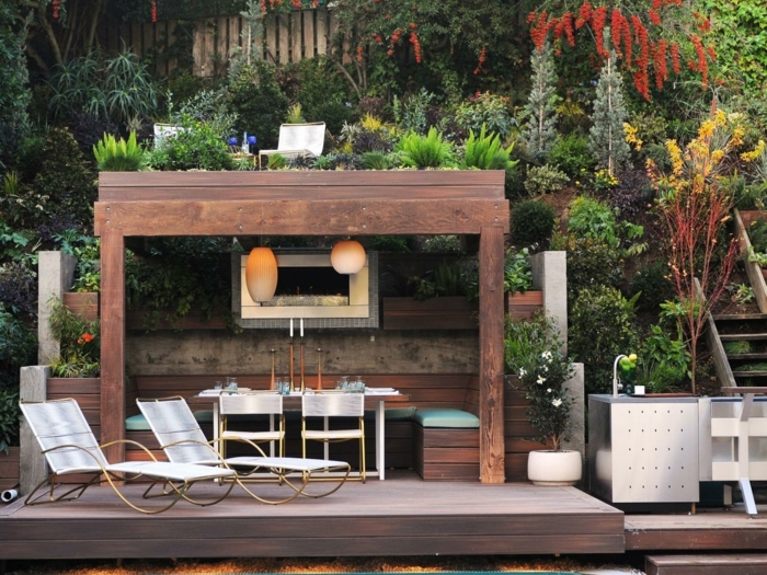 fabriquer-une-pergola-dans-un-cadre-forestier-amenage-en-salle-a-manger-deux-chaises-longues