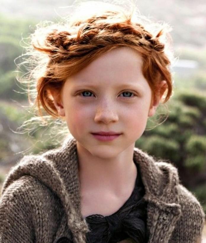 fille-aux-cheveux-roux-avec-une-couronne-de-tresse-decoiffee-style-decotractee-tresse-enfant-tre-sympa